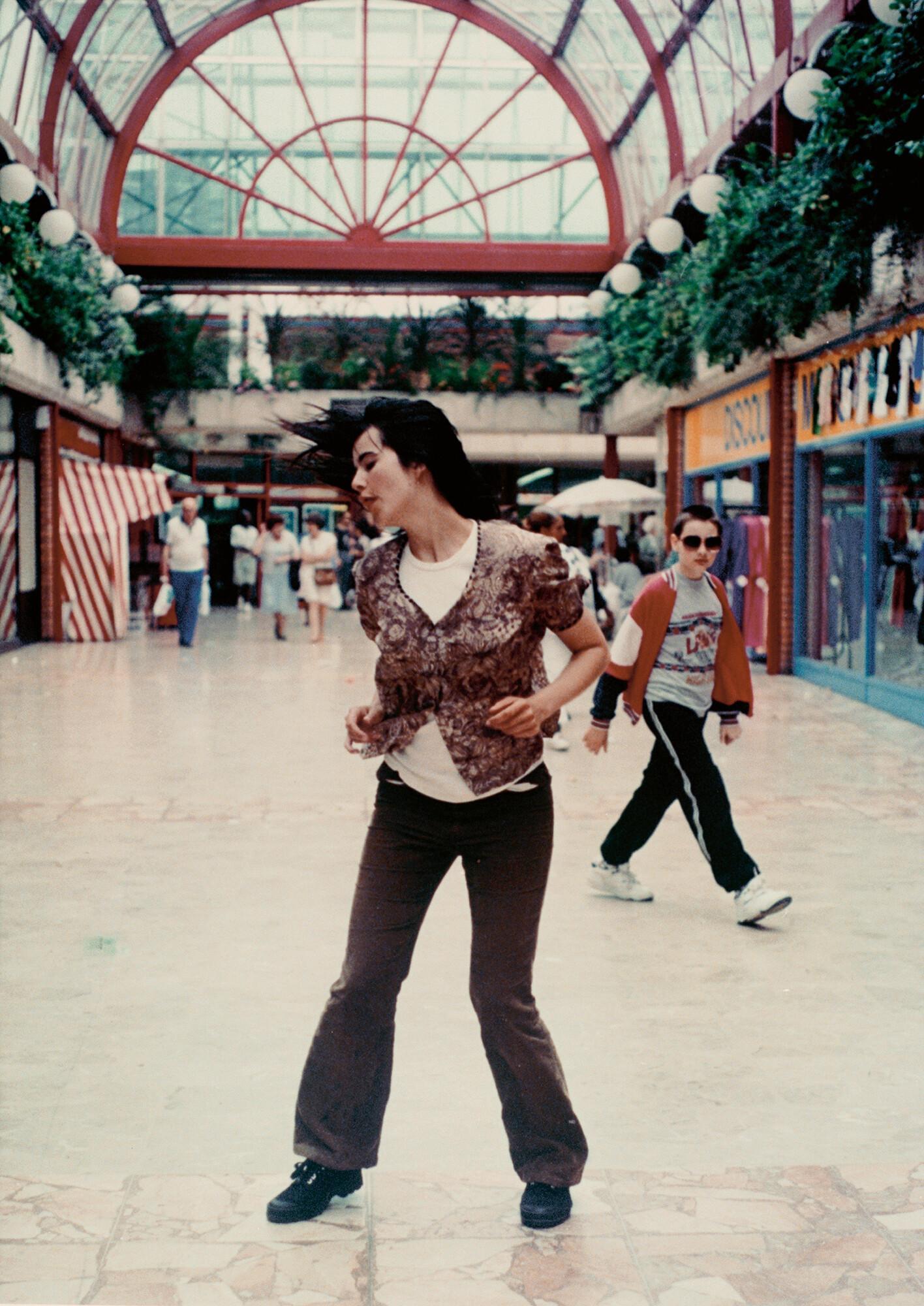 Gillian WEARING Dancing in Peckham 1994 Digibeta f...